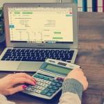 Obliczanie i księgowanie w firmie składek zdrowotnych przy umowie o pracy i umowie zlecenie