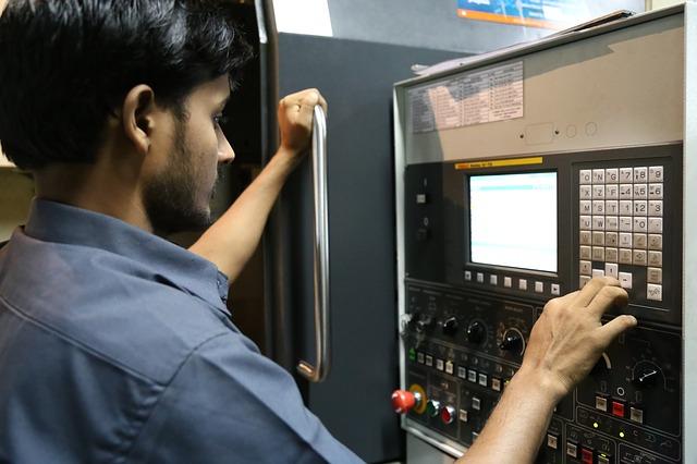 pracownik przy maszynie